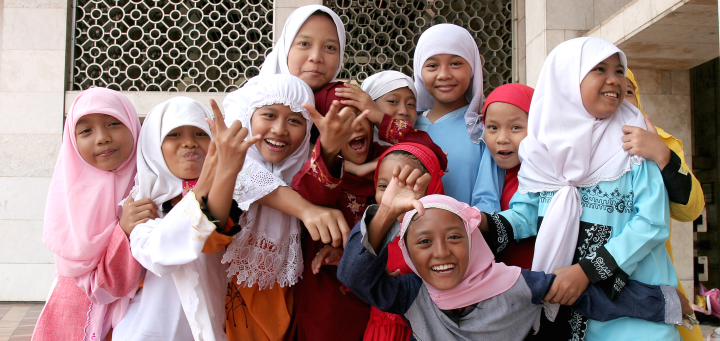 Muslim_girls_at_Istiqlal_Mosque_jakarta
