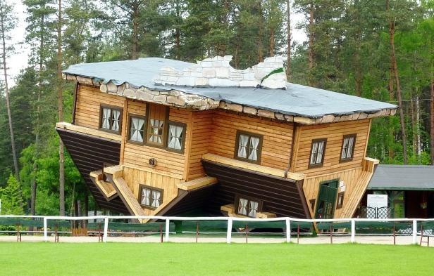 Dom do Góry Nogami, źródło: Wikipedia