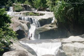 Kąpiel w bezimiennym wodospadzie w środku dżungli na Sumatrze Zachodniej.