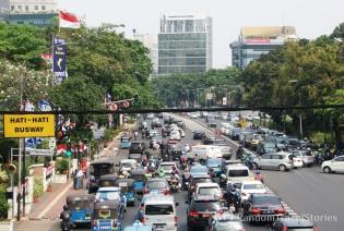 Szalony ruch uliczny w Dżakarcie, oficjalnie najbardziej zakorkowanym mieście świata.