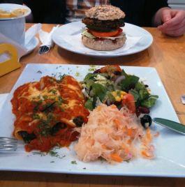 Na pierwszym planie wegańskie canelloni, w tle - wegeburger :)